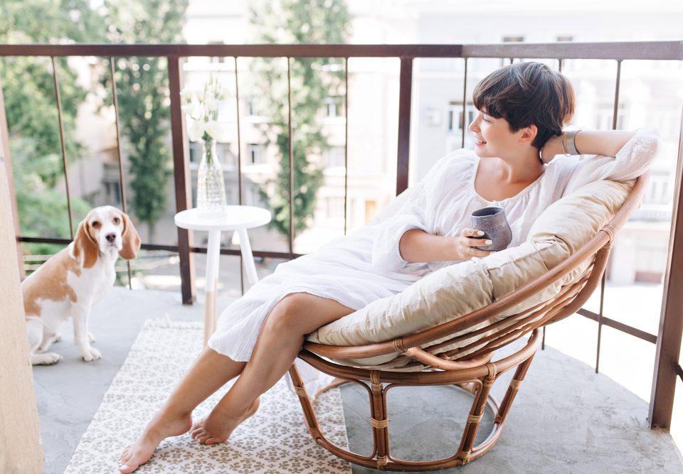 Cum amenajezi un spațiu de relaxare pe balcon în stil modern